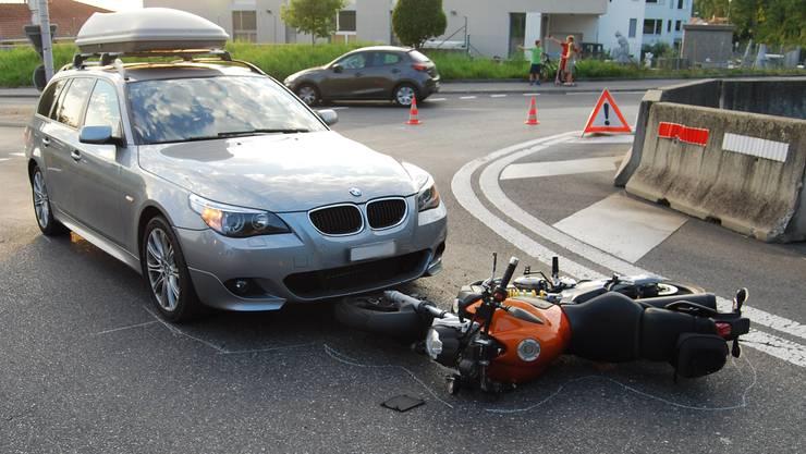 Die Lenkerin des Motorrades kam zu Fall und wurde vom Auto noch einige Meter vorwärts geschoben.