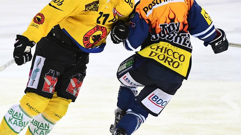 Berns Simon Moser (links) checkt Ambris Jason Fuchs