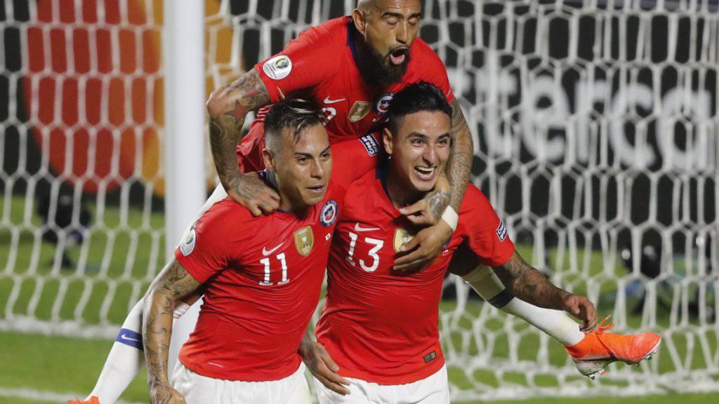 Torschütze Erick Pulgar (rechts), Eduardo Vargas und Arturo Vidal (oben) bejubeln das 1:0