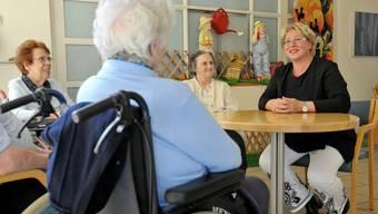 Wie gehts? Daniela Oehrli im Gespräch mit Bewohnerinnen des Regionalen Pflegezentrums in Baden. (Alex Spichale)