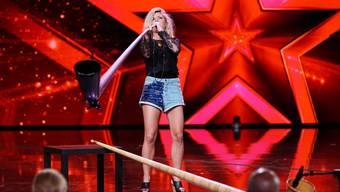 Eliana Burki performt auf der Bühne der Samstagabendshow «Das Supertalent».