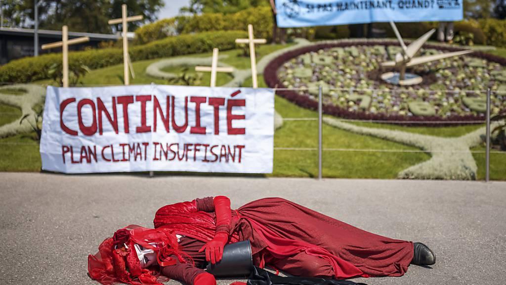 Extinction Rebellion hat am Samstag mit einer symbolischen Aktion in Genf einen radikalen Wandel zugunsten des Klimas gefordert.