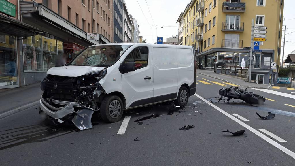 Schwer verletzt: Motorradfahrer kollidiert in Emmenbrücke mit Lieferwagen