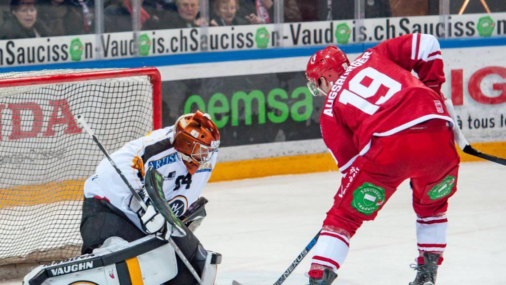 Lausanne-Stürmer Gaetan Augsburger versucht Luganos Hüter Daniel Manzato zu bezwingen