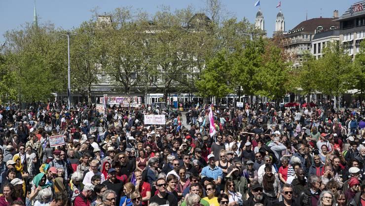 Rund 16'000 Menschen kamen heute zum Tag der Arbeit in Zürich zusammen.