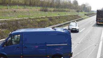 Bei einem Auffahrunfall auf der A2 in Eich sind sieben Personen verletzt und vier Autos beschädigt worden.