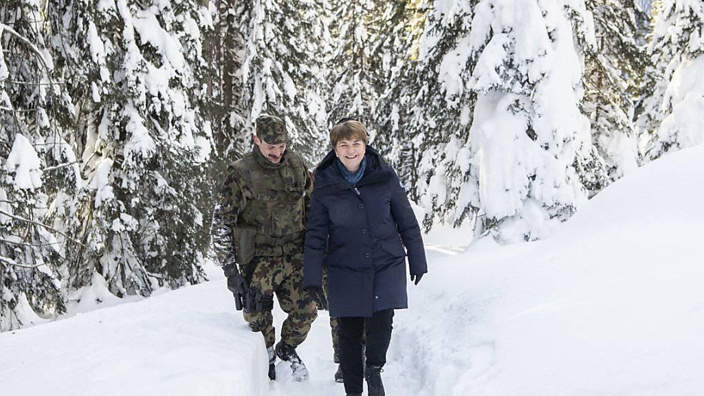 """Amherd besichtigte unter anderem nach einem kurzen Fussmarsch durch den verschneiten Wald ob Davos ein """"schützenswertes Objekt""""."""
