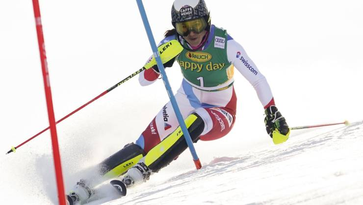 Wendy Holdener mit Startnummer 1 unterwegs im ersten Lauf des Slaloms von Kranjska Gora