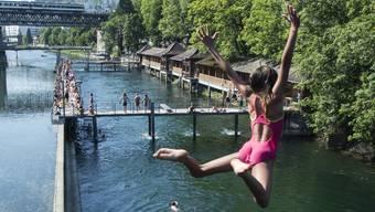 Abkühlung in der Badi Letten. Zürcher Freibäder zählten rund 140'000 mehr Gäste als vergangene Saison.