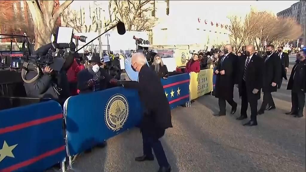 Fistbump für die Journalisten - Joe Bidens Ankunft im Weissen Haus