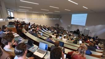Sind sich in der Frage der Abstimmungsempfehlungen nicht einig Studierende der Universität Basel.