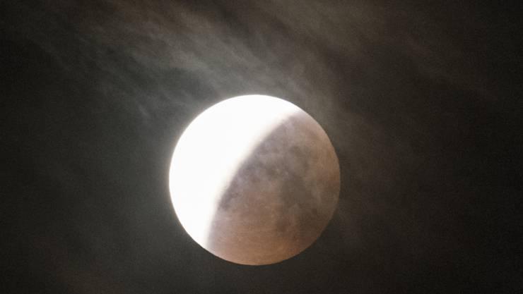 Über der Schweiz kommt es in der Nacht auf Mittwoch wieder zu einer partiellen Mondfinsternis. (Symbolbild)