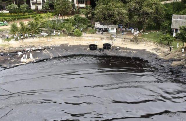 Schwarze Ölflut an einem Strand von Ko Samet