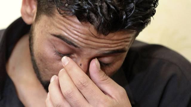 Dieser Syrier wird Zeuge, wie syrische Ermittler einen Jugendlichen zu Tode foltern (Archiv)