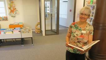 Bibliothekarin Beatrice Meier im neuen Eingangsbereich der Stadtbibliothek Bremgarten.