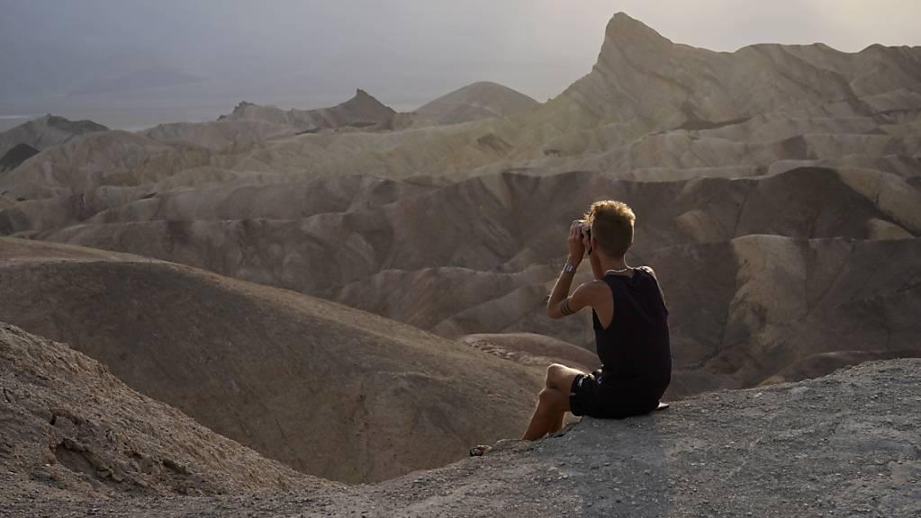 Eine Person schaut von einem Aussichtspunkt im Death Valley National Park, Kalifornien. Foto: John Locher/AP/dpa