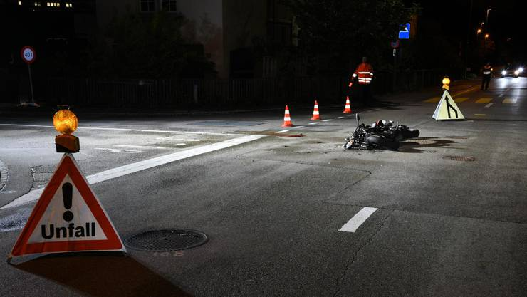 Der 17-jährige Lenker des Motorrads zog sich schwere Verletzungen zu. Er musste mit der Sanität in ein Spital gebracht werden.