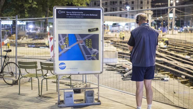 Ein Passant studiert die Informationstafel an der Tramhaltestelle.