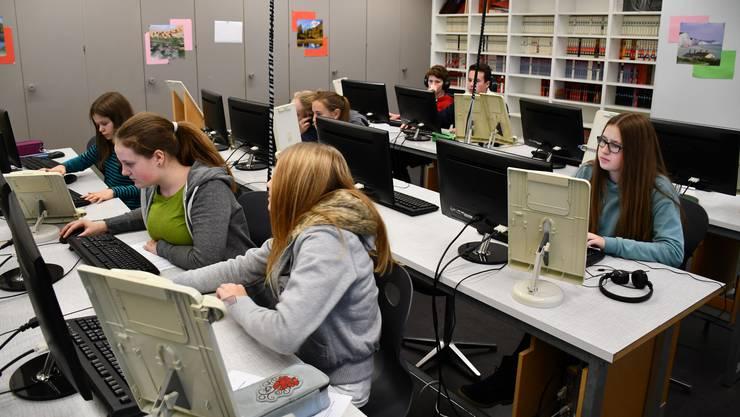 Im Computerraum arbeiten die 5 Knaben und 21 Mädchen der Abschlussklassen an ihren Projekten.
