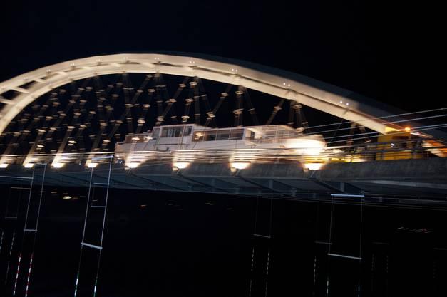 MS Seeland gondelt über die Brücke