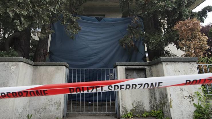 Die Polizei sichert im Mai 2013, nach der Tat, die Umgebung des Spiezer Kinderheims ab. (Archivbild)
