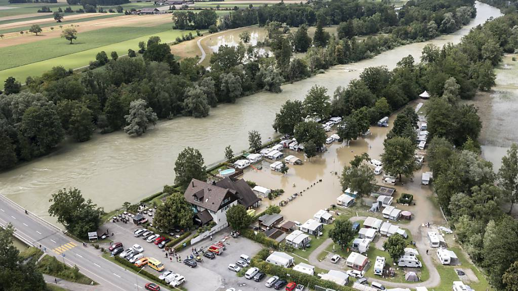 Zelte und Wohnwagen auf dem überschwemmten Campingplatz Reussbrücke am Mittwoch in Ottenbach ZH. (Archivbild)