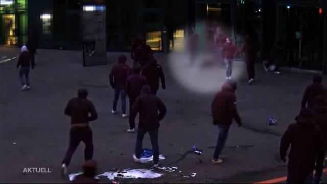 Hooligans schlagen sich die Köpfe ein