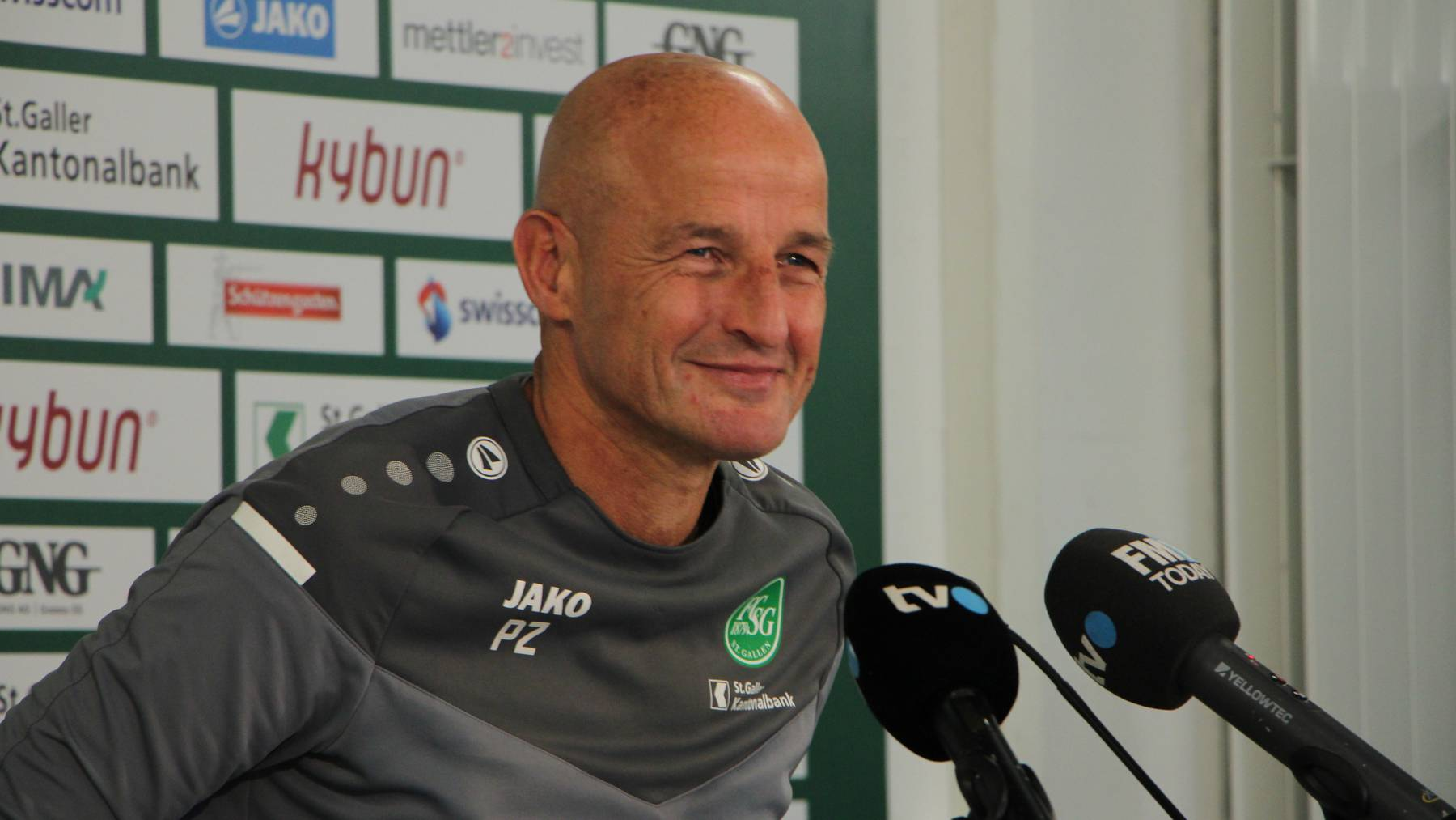 Ein verschmitzter Peter Zeidler an der Medienkonferenz zum Spiel gegen den FC Zürich.
