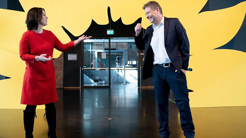 ARCHIV - Die Vorsitzenden von Bündnis 90/Die Grünen Annalena Baerbock (links) und Robert Habeck (rechts) nach der Vorstellung des Entwurfs des Grünen-Wahlprogramms für die bevorstehende Bundestagswahl. Foto: Kay Nietfeld/dpa