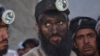 Arbeiter warten auf Nachrichten zu den Verschütteten. Schlechte Arbeitsbedingungen führen in den Kohleminen der Provinz Baluchistan immer wieder zu tödlichen Unfällen.