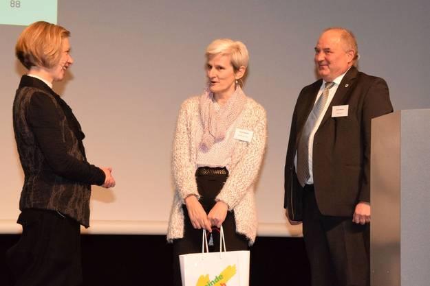 Für Barbara Artmann (links) gibts eine Tasche mit Geschenken von Heidi Ammon und Daniel Moser