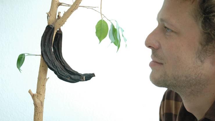 Matthias Scharrer mit der verstrockneten Banane