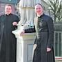 Vom deutschen Laufenburg aus betreuen die Patres Simon Gräuter (links) und Markus Schmidt Gläubige in Etzgen und Basel.