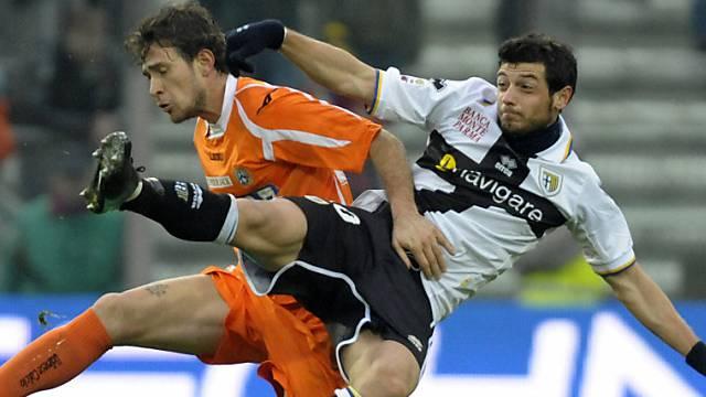 Parmas Blerim Dzemaili im Zweikampf mit Floro Flores von Udinese