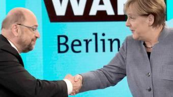 Bundeskanzlerin Angela Merkel (CDU) gibt dem SPD-Vorsitzenden Martin Schulz vor einer TV-Runde nach der Bundestagswahl die Hand. Im anschliessenden Gespräch hat Martin Schulz Angela Merkel scharf angegriffen und sie für das starke Abschneiden der AfD verantwortlich gemacht.