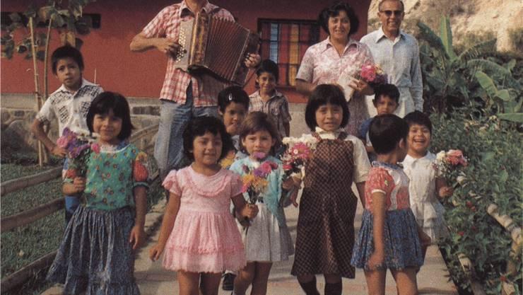 Max und Elsbeth Greminger 1980 (hinten Mitte) im Kinderdorf in Peru mit einigen der Schulkinder.