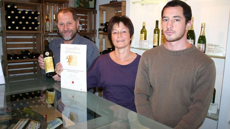 Hans-Heinrich, Dora und Robin Haug freuen sich über das Golddiplom für ihren Riesling-Sylvaner.  zim