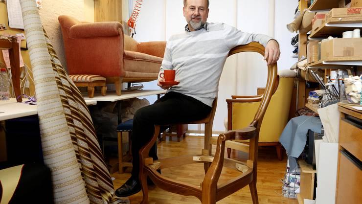 Rolf Ryf mit Gestell und Stoff für «den» Stuhl.