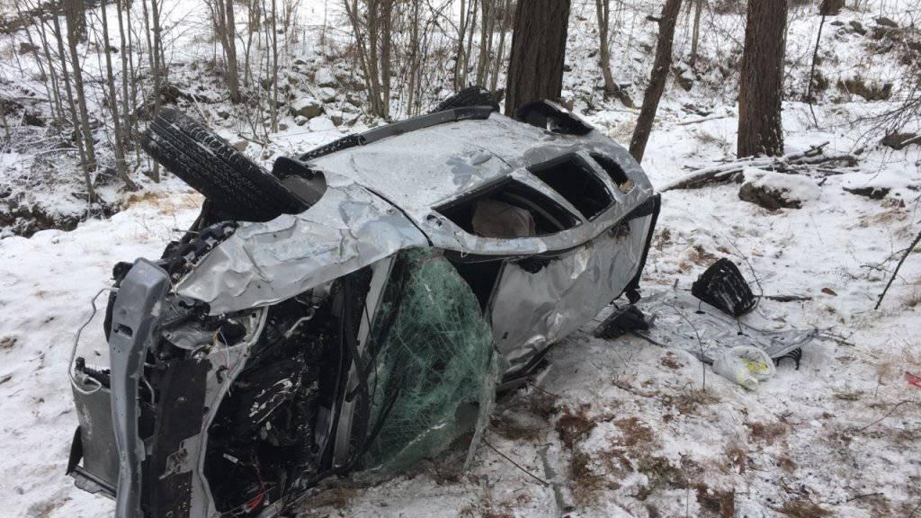 Im Kanton Graubünden wurden am Donnerstagmittag bei Valchava der 49-jährige Autolenker und seine neunjährige Tochter verletzt, als das Fahrzeug von der Strasse abkam und sich auf einer Strecke von rund 300 Metern mehrmals überschlug.