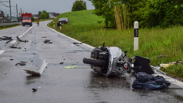 Am Freitagmorgen ist ein Rollerfahrer auf der Bünztalstrasse zwischen Wohlen und Boswil tödlich verunglückt.