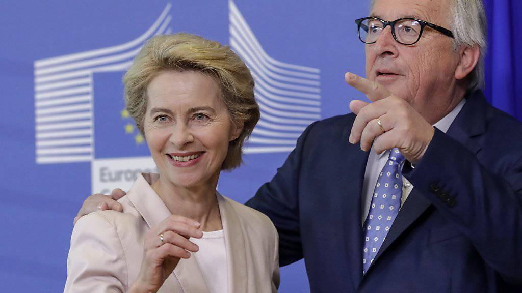 Am kommenden Dienstag wird das EU-Parlament entscheiden, ob die deutsche Verteidigungsministerin Ursula von der Leyen (links) Jean-Claude Juncker (rechts) als EU-Kommissionspräsident nachfolgen soll. (Archiv)
