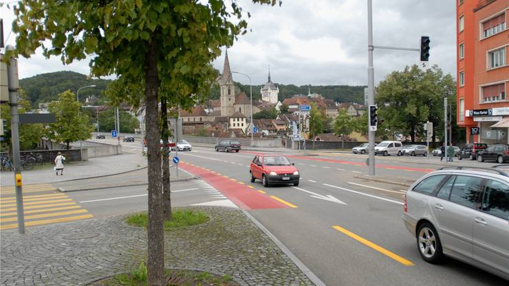 Hier passierte die tödliche Kollision: Ein Töfffahrer wollte geradeaus über die Hochbrücke (hinten) fahren, als gleichzeitig von Ennetbaden (rechts) ein Autofahrer in Richtung Wettingen abbog.