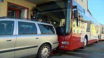 In Winterthur ist ein Stadtbus kurz nach der Haltestelle «Grüze» in eine Hauswand gefahren. Beim Unfall sind zwei Personen verletzt worden.
