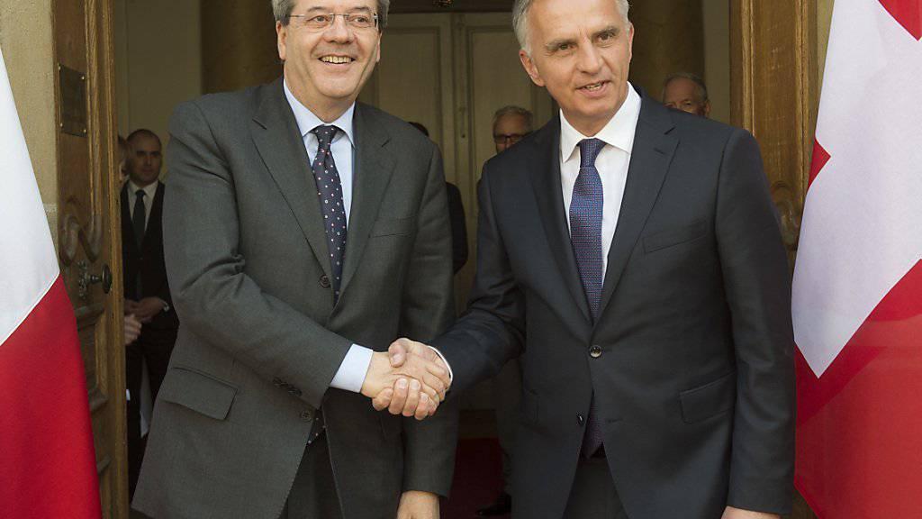 Italiens Aussenminister Paolo Gentiloni (l.) besuchte Bundesrat Didier Burkhalter in Neuenburg.