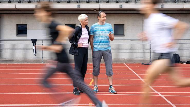 Leichtathletik-Trainerin Sandra Gasser und ihr Co-Trainer Christoph Kellerhals trainieren im Leichtathletikstadion Wankdorf in Bern den Mittelstrecken-Nachwuchs des Stadtturnvereins Bern.