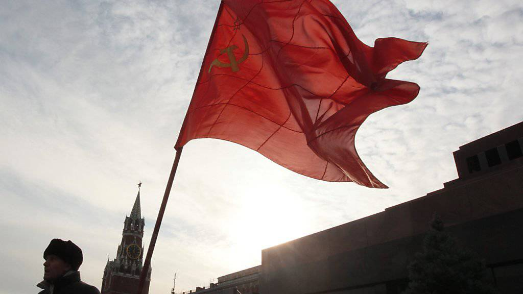 Sowjetunion-Flagge vor dem Lenin-Mausoleum in Moskau (Archiv)