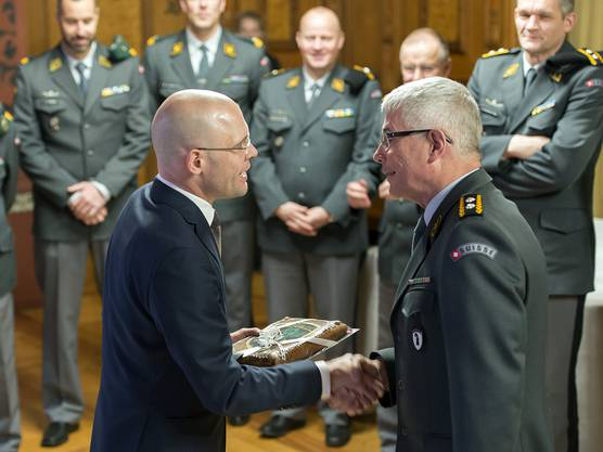Baschi Dürr, Militärdirektor Basel-Stadt (links) verabschiedet Divisionär Andreas Bölsterli, Kommandant der Ter Reg 2.