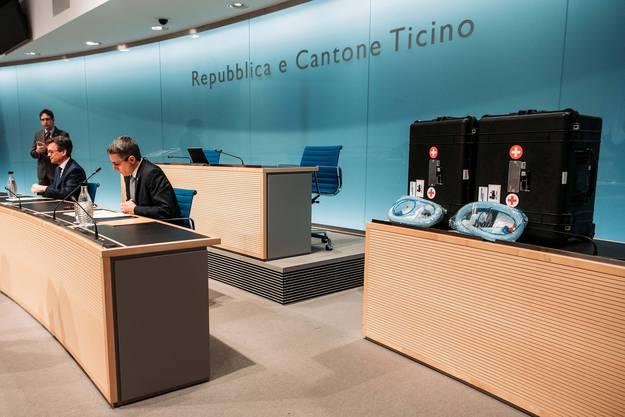 Zuerst an die Medienkonferenz, erst danach ins Spital: Zwei Beatmungsgeräte, die Ignazio Cassis, rechts, aus Bern mitgebracht hat. Links sitzend der Tessiner Staatsrat Christian Vitta.