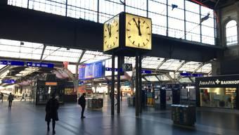 Fünf vor Zwölf in der Coronakrise: Die Frage, ob sich die Menschen wie hier am Zürcher Hauptbahnhof an das Social Distancing halten, wird entscheidend sein, wenn der Bundesrat morgen über die Ausgangssperre entscheidet.