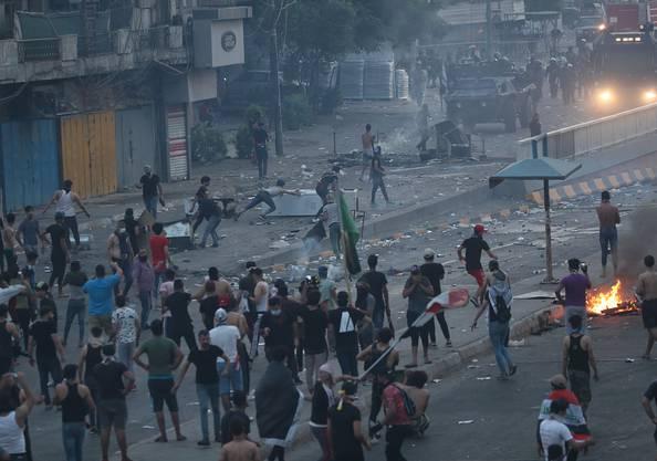 Die Demonstranten in Bagdad blockieren Strassen und setzten Reifen in Brand. Die Sicherheitskräfte reagieren mit Tränengas, Wasserwerfern und scharfer Munition. .